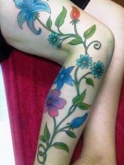 布满整条腿部的长型花朵藤蔓纹身图案