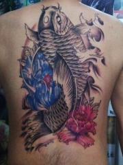男性背部个性满背鲤鱼花朵纹身图案