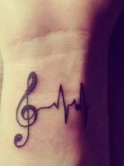 手腕上简单音符和心电图纹身图案