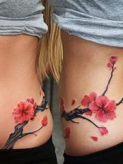 腰部美丽的中国风梅花纹身图案