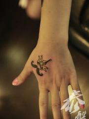 女生手背小胡子与皇冠纹身图案