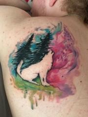 男性蝴蝶骨纹身动物黑色狼和树纹身水彩图案
