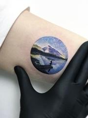 手臂上黑灰色几何纹身点刺技巧纹身图案