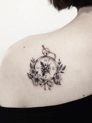 后背指南针与菊花纹身图案