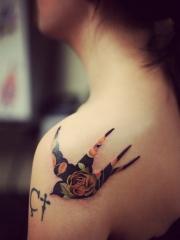 肩部玫瑰燕子创意纹身图案
