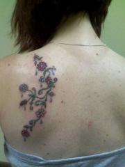 女生左后背花蕊藤蔓纹身图案