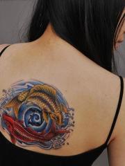 背部两条彩色的鲤鱼纹身图案
