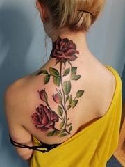 美女蝴蝶骨纹身鲜艳的植物藤彩色纹身玫瑰花图案