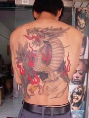 男孩背部浅色麒麟满背纹身图案
