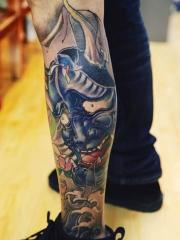 男子腿部彩绘般若纹身图案