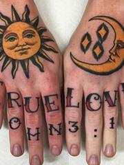 手背黄色的太阳和月亮字母纹身图案