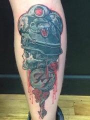 小腿上的毒蛇头盔骷髅头纹身