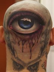 光头男头部个性的眼睛纹身图案