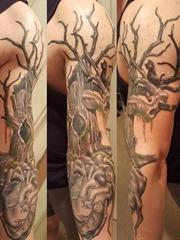 男性手臂上黑灰色机械心脏纹身和树纹身图片