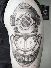 男性手臂黑灰色几何纹身点刺技巧潜水头盔纹身图片
