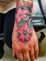 手腕上彩色樱花纹身植物颜料纹身图片
