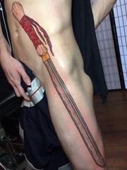 男子侧身上一把霸气的长剑纹身图片