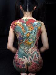 女生满背神龙牡丹花彩绘纹身图案