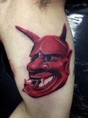 手臂鲜艳的红色般若面具纹身图案