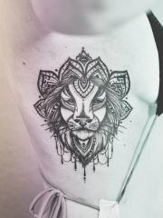 美女侧肋个性的狮子图腾纹身图案
