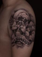 手臂柔声密语的小天使个性纹身图案