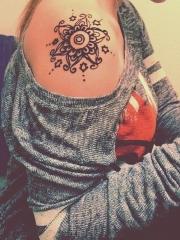 肩部黑色的梵花纹身图案