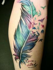 小腿彩色代表纯洁的羽毛纹身图案