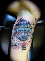 女性性感部位上漂亮的热气球纹身图案
