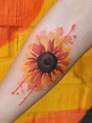 手臂阳光般灿烂的向日葵刺青图案