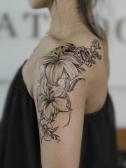 女生披肩花蕊纹身图案