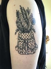 手大臂上的简约线条风格背包插花纹身图片