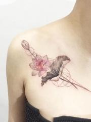 锁骨漂亮的莲花纹身图案
