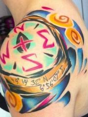 肩部水彩指南针和维度坐标纹身图案