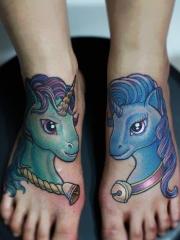 女生脚背卡通独角兽纹身图案