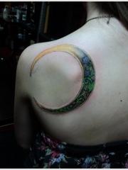 美女背部月亮图腾纹身图案