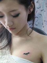 美女小臂个性蝙蝠纹身图案
