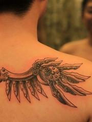 男性背部个性的机械翅膀纹身图案
