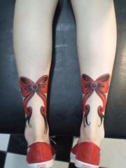 腿部红色的蝴蝶结纹身图案