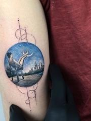手臂上彩色纹身圆形图案风景纹身图案