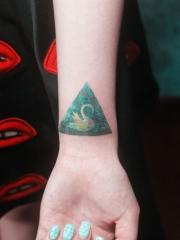 手腕处的白天鹅几何纹身图案