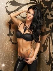 国外美女手臂字母和腹部老鹰纹身图案