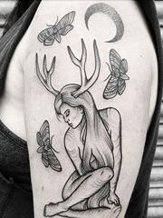 美女手臂上黑色女孩麋鹿角纹身素描技巧点刺纹身图片