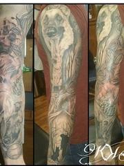 男性手臂上彩色的狗头纹身植物藤叶子纹身小花臂图片