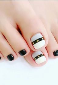简单又好看的黑白跳色贴钻脚趾甲美甲款式图片