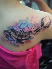 后背唯美鲜花与鲸鱼纹身图案