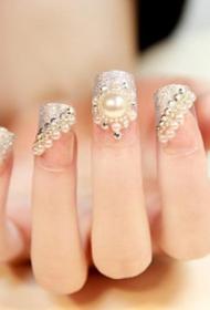 2017新款奢华珍珠装饰银色光疗新娘美甲图片