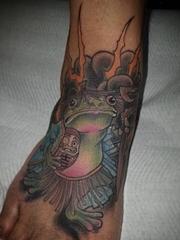 脚背上彩色纹身动物青蛙和达摩不倒翁纹身卡通纹身小图片
