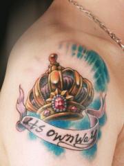 男生手臂潮流好看的皇冠字母刺青图片