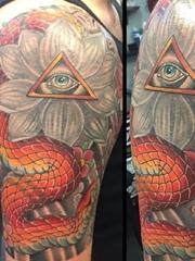 男子手臂上花朵纹身龙和上帝之眼纹身图片