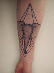 手臂上黑色大象纹身点刺技巧几何元素纹身图片